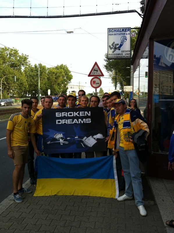 Metalist Fans vor dem Fanladen